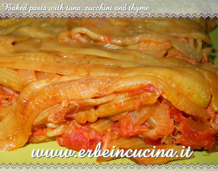 Baked pasta with tuna, zucchini and thyme